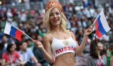 شاهدوا مشجعة روسية تفاجئ مراسل مصري بقبلة مباشرة على الهواء