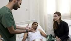 أنجلينا جولي في ليبيا تشيد بشجاعة الثوار وتزور المصابين..بالصور