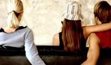 هل الرجال مبرمجون بيولوجياً للابتعاد عن زوجات أصدقائهم؟