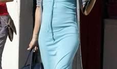 ايفا لونغوريا تتوجه الى صالون الشعر في فستان طويل بدون حمالة صدر