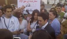 الوزير السابق زياد بارود ينضم الى تظاهرة منى ابو حمزة في ساحة الشهداء