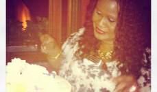 ريهانا تحتفل بعيد الام مع والدتها في حمالة صدر