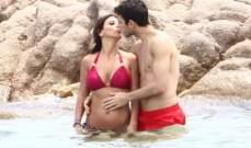 سيسك فابريغاس  يتبادل القبل مع حبيبته .. على شاطئ البحر .. بالصور