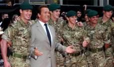 """أرنولد شوارزنيغر في لندن مع مجموعة من الجنود..لحضور العرض الخاص لـ """"The Expendables 2"""""""