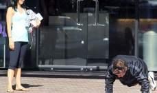 أليك بالدوين يستعرض لياقته البدنية أمام زوجته الشابة..بالصور