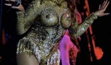 بيونسيه ترسم صدرها بشكل جريء على المسرح في صربيا