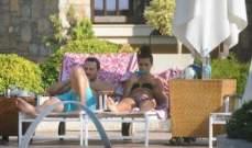 التركية لميس تستلقي بالبيكيني إلى جانب زوجها..بالصور
