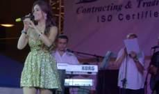 بالصور: دومينيك حوراني تغني الموسيقار.. وتتألق بفستان أخضر قصير مع ملحم زين