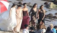 كيم كارداشيان تتربّع على عرشها بفستان مثير على الشاطئ