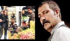 التركي يحيى ينتقي الخضروات مع زوجته وإبنه