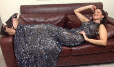 ريا أبي راشد تستعرض فستانها وهي نائمة