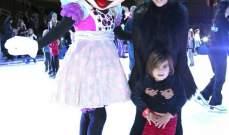 كورتني كارداشيان وإبنها يمرحان على الجليد مع ميني ماوس