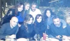هكذا احتفلت نجوى كرم بجديدها مع أصدقائها.. بالصور