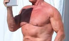 أرنولد شوارزنيغر يستعرض جسمه الرياضي الشهير في كان