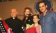 الطفلة كريستا ماريا أبو عقل تفتتح مهرجان الأغنية المسيحية بصوتها الملائكي