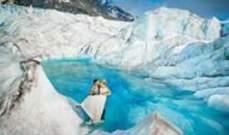 بالصور-عروسان في الجليد لتخليد زفافهما في لوحات سريالية