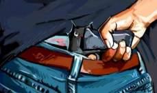 نجم صف أول يتشاجر مع عمال ويشهر سلاحه