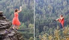 إمرأة تمشي على الحبل بكعب عالٍ