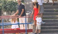 أمل كلوني تتألق بفستان أحمر قصير برفقة زوجها وولديها.. بالصور