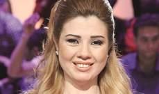 رانيا فريد شوقي تجلس بين أحضان والدها الراحل على شاطئ البحر- بالصورة