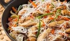 النودلز بالدجاج من أكثر الأطباق الصينية شهرة والأسهل إعداداً