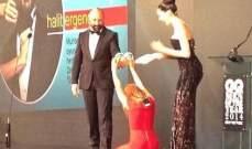 السلطانة هيام تركع أمام السلطان سليمان على المسرح