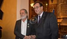 خاص بالصور - مارسيل خليفة يتقلّد وساما برتبة فارس من السفير الفرنسي في بيروت