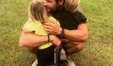 كريس هيمسوورث يعانق طفليه التوأم في عيدهما