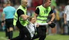 سبب غير متوقع لإقتحام 4 نساء أرض ملعب مباراة نهائي كأس العالم..بالصور