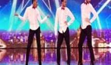 بالفيديو.. ثلاثة شبان يرقصون بالكعب العالي