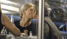تشارليز ثيرون وشون بن يخطفان قبلة في مطعم فرنسي