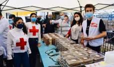 وقفة إنسانية مع مسعفي الصليب الأحمر ومواطنين محتاجين-بالصور