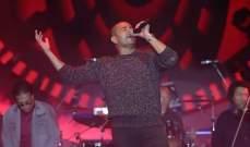 عمرو دياب يغني أجمل أغانيه القديمة والجديدة في حفله في القاهرة