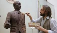تمثال بوتين المنحوت بالشوكولا يجذب الزوار