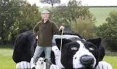 بالفيديو- حوّل مزارع سيارته إلى كلب يرعى الاغنام