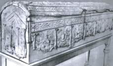 العثور على لوحة حجرية وتابوت عمرهما 375 و813 سنة