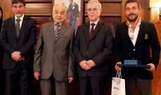 بالصور- السفارة الفلسطينية تمنح وسام النجمة والتألق لممثلين سوريين