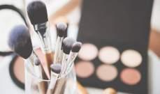 فنانون رجال يستخدمون مستحضرات التجميل ويضعون طلاء الأظافر- بالصور