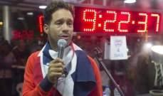 فنان ينوي مقاضاة غينيس بعد فشله في كسر الرقم القياسي بغنائه لـ5 أيام