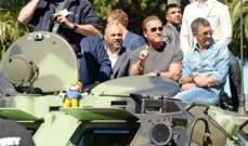 أرنولد شوارزنيغر يتجوّل بسيارته العسكرية في لوس أنجلوس.. بالصور