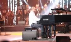 خاص بالصور- أسرة ميشال فاضل تفاجئه بحضورها مهرجان بيروت الأضحى ووالده يغني معه