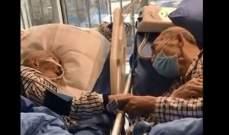 """زوجان مسنان يودّعان بعضهما بطريقة مؤثّرة بعد إصابتهما بـ""""كورونا"""".. بالفيديو"""