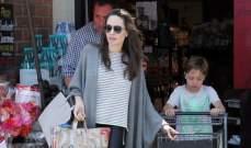 بالصور .. انجلينا جولي تتلقى مساعدة من ابنها في شراء البقالة