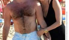 سايمون كاول وحبيبته تجمعهما اللحظات الرومانسية على الشاطئ