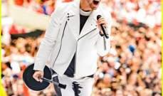 نيك جوناس يغني على المسرح في لندن