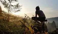 رجل يقرر العودة الى حياة الغابات