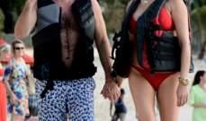 سايمون كاول وحبيبته يقضيان عطلة ممتعة في باربادوس