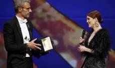جوليان مور تستلم جائزة أفضل ممثلة في مهرجان كان