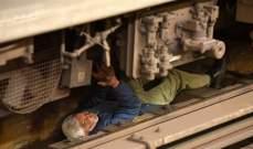هكذا نجا بأعجوبة بعدما سار فوقه قطار! بالصور