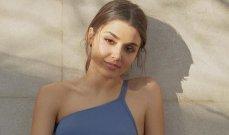 هاندا أرتشيل بإطلالة عفوية وهي تحمل باقة  من الورد – بالصورة